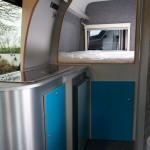 Aanrecht, bed en deur naar bagageruimte