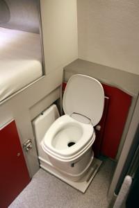 Toilet C 200 cs. spoelen elektrisch via de watertank. Uitgeschoven