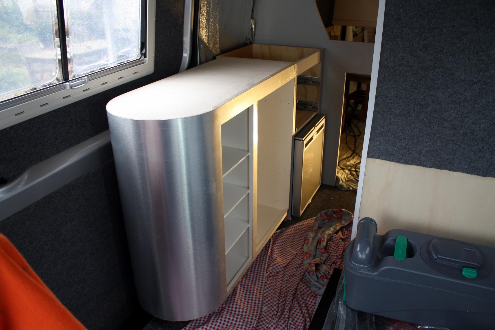 Keuken Wasbak Plaatsen : Het aanrechtblok opgesteld in de camper en bekleed met de alu-plaat.