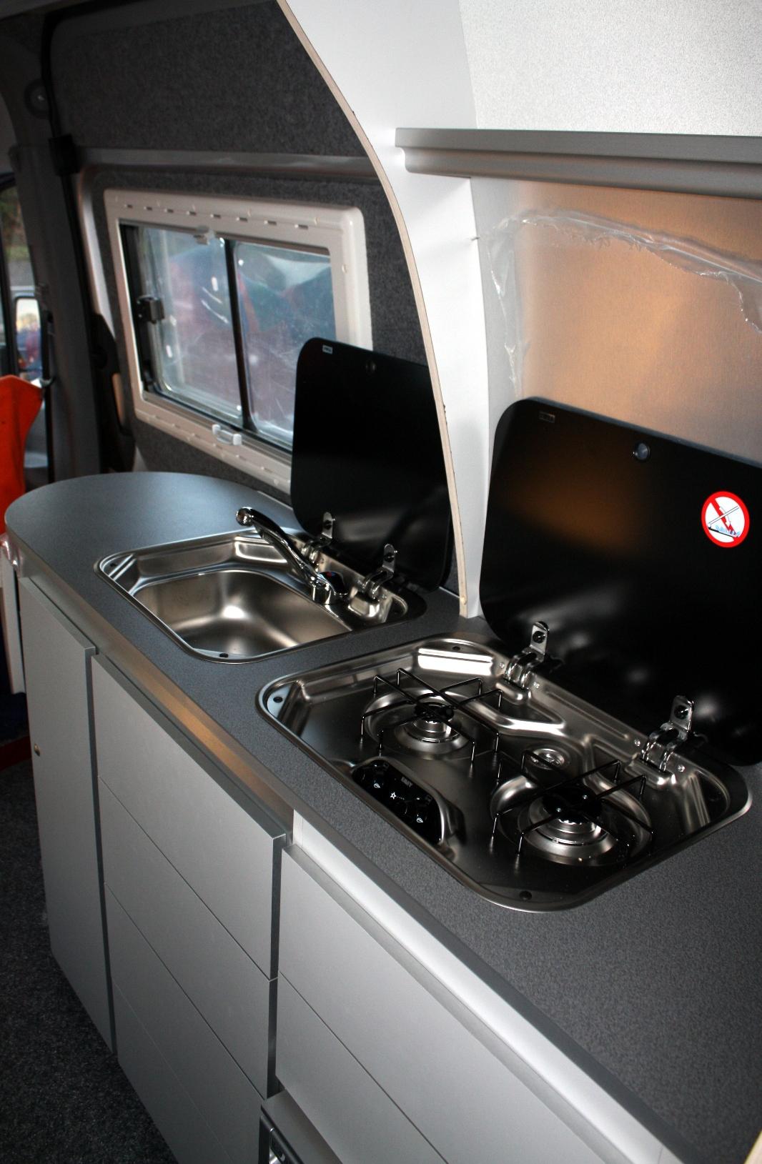 Keuken Wasbak Plaatsen : De keuken heeft een tweepitsgasfornuis met piezzo ontsteking. Achter