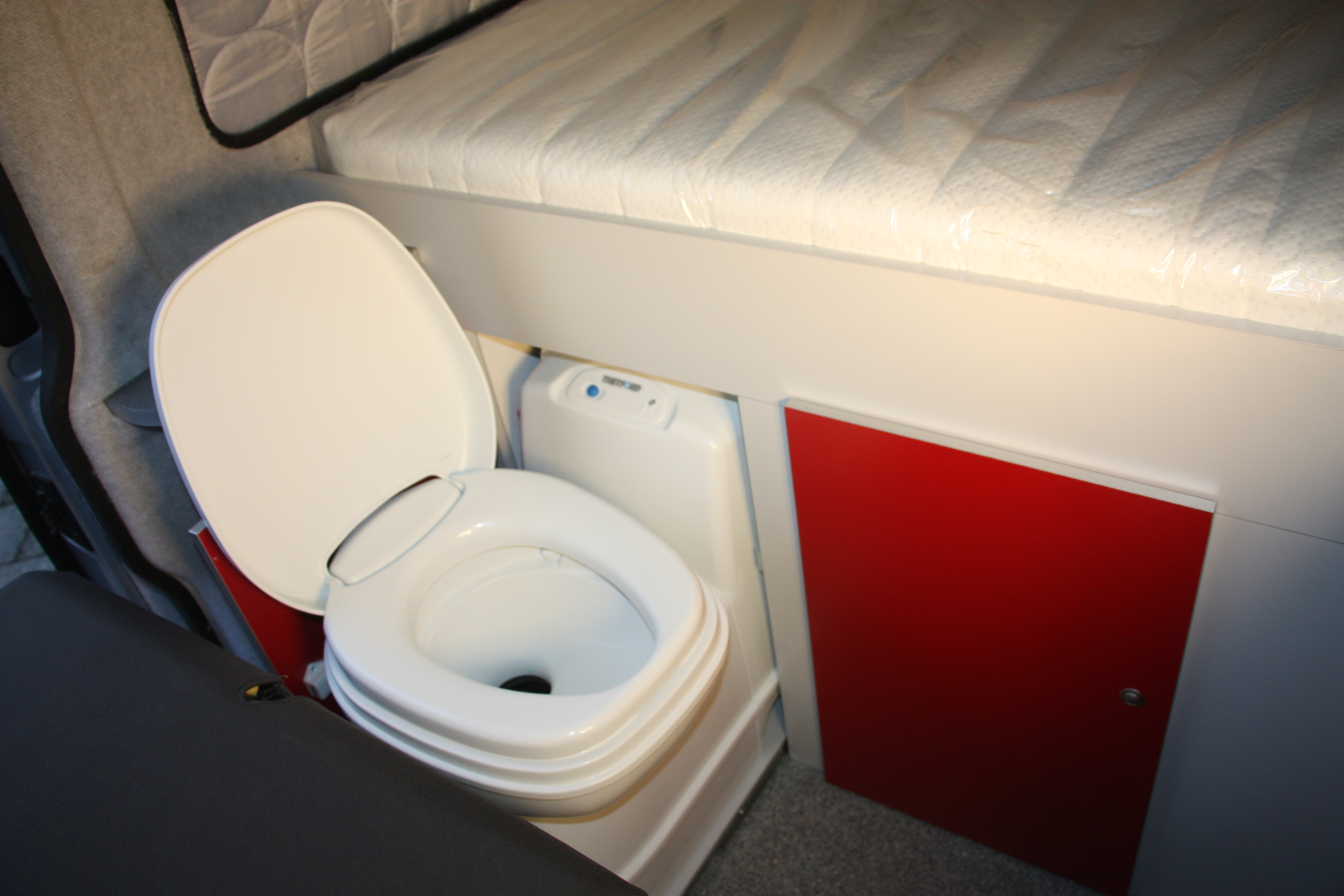 Chemisch Toilet Kopen : Volkswagen transporter met unieke indeling vast bed en toilet